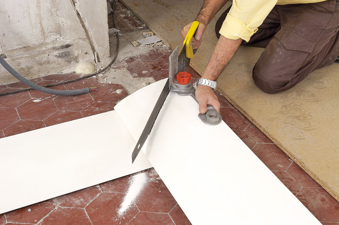 Poser une corniche d 39 clairage indirect bricolage avec robert - Couper des baguettes d angle au plafond ...