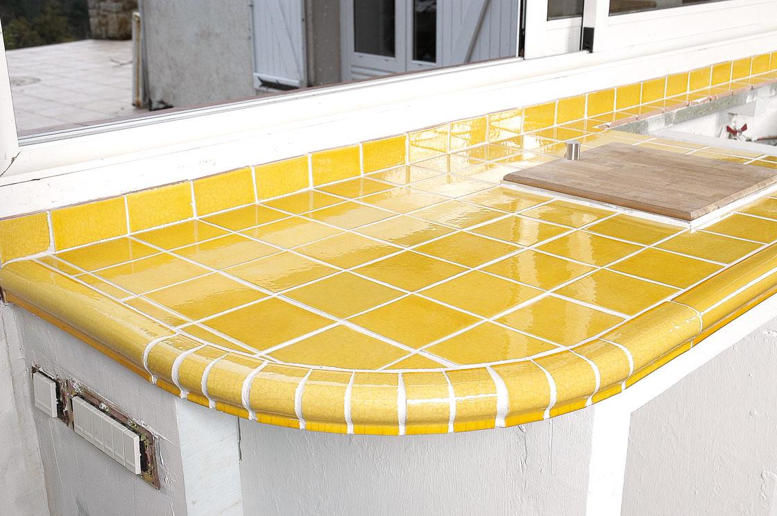 Pose du carrelage en terre cuite maill e dans une cuisine - Plan de travail a la coupe ...