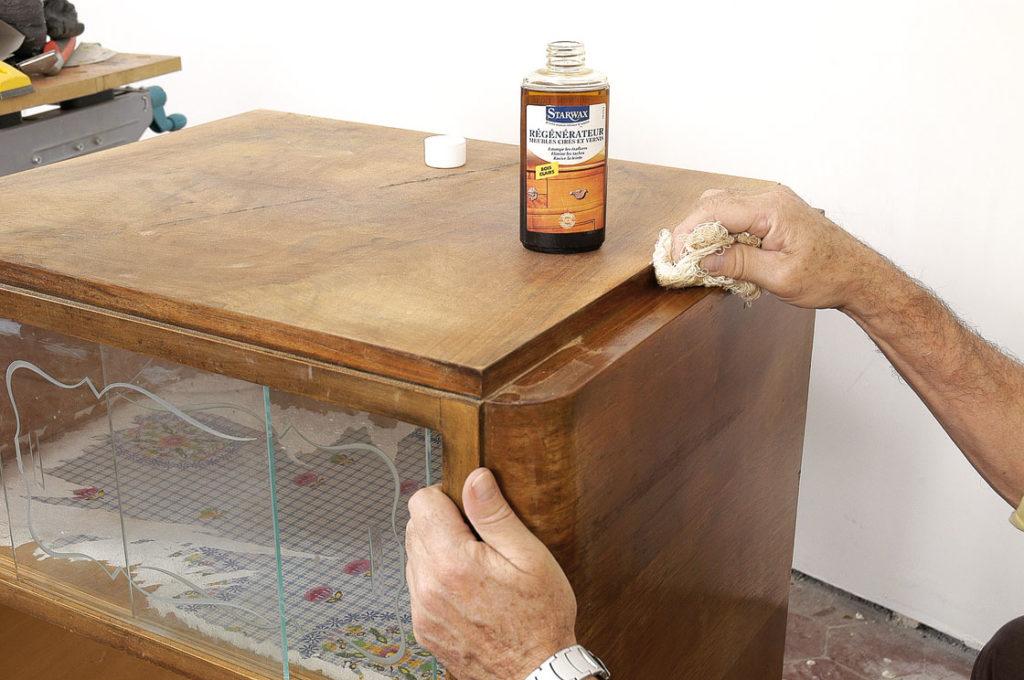 Le Régénérateur pour meubles cirés ou vernis est un mélange à base de solvants et d'huiles qui nettoie la surface et ravive la teinte. Il permet même d'estomper les éraflures du vernis et de supprimer les taches d'eau ou d'alcool. Il existe en trois versions : pour bois clairs, pour bois foncés et pour bois fruitiers.