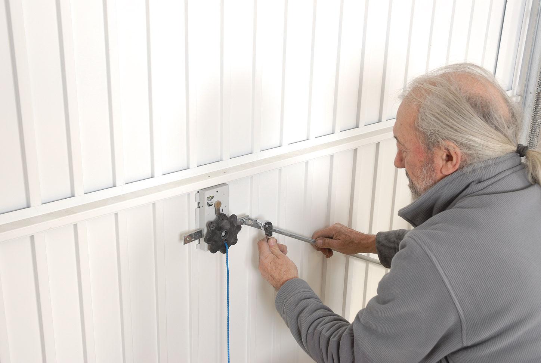 Poser une porte de garage motoris e bricolage avec robert for Changer une serrure de porte de garage basculante