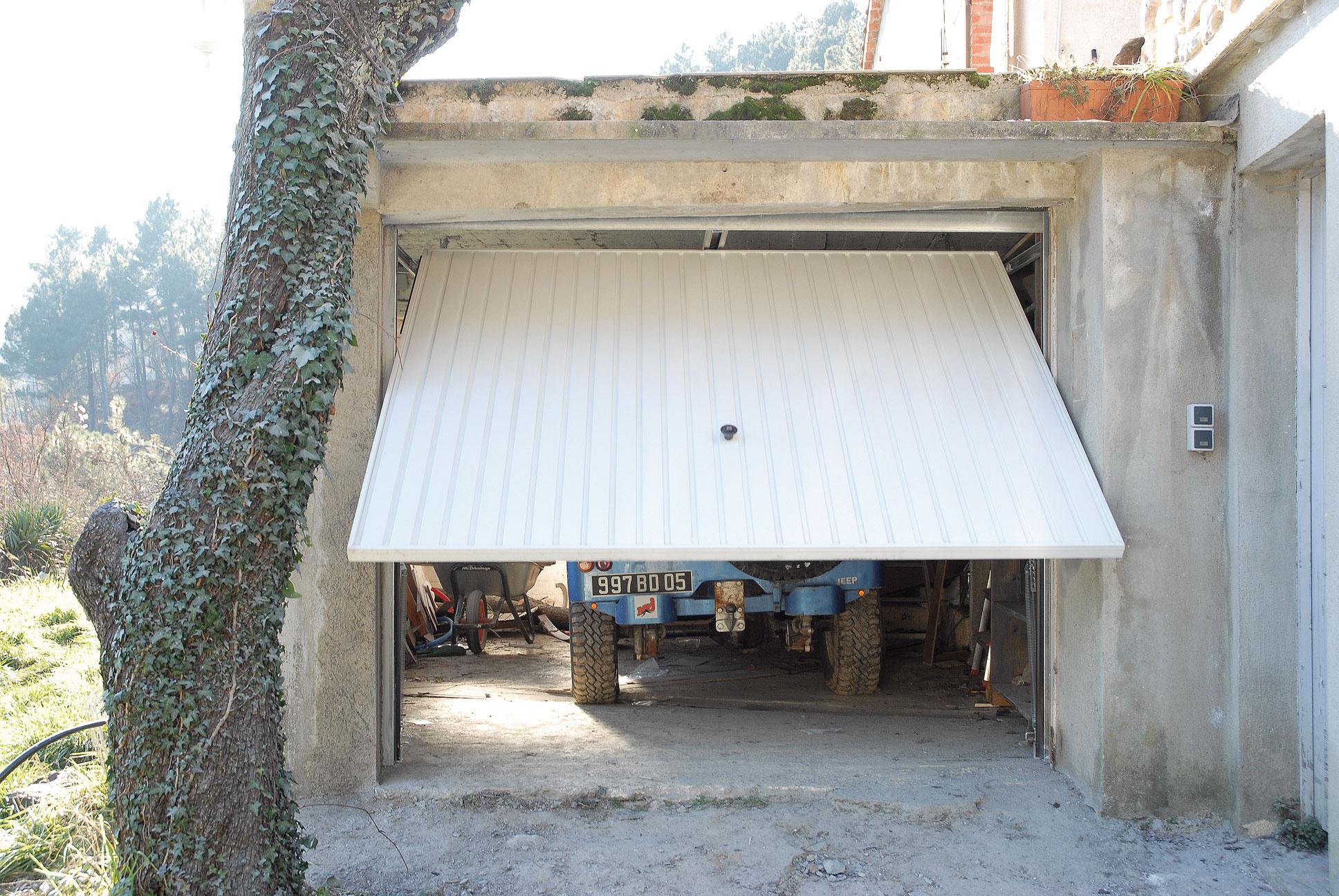 Poser une porte de garage motoris e bricolage avec robert for Garage a poser