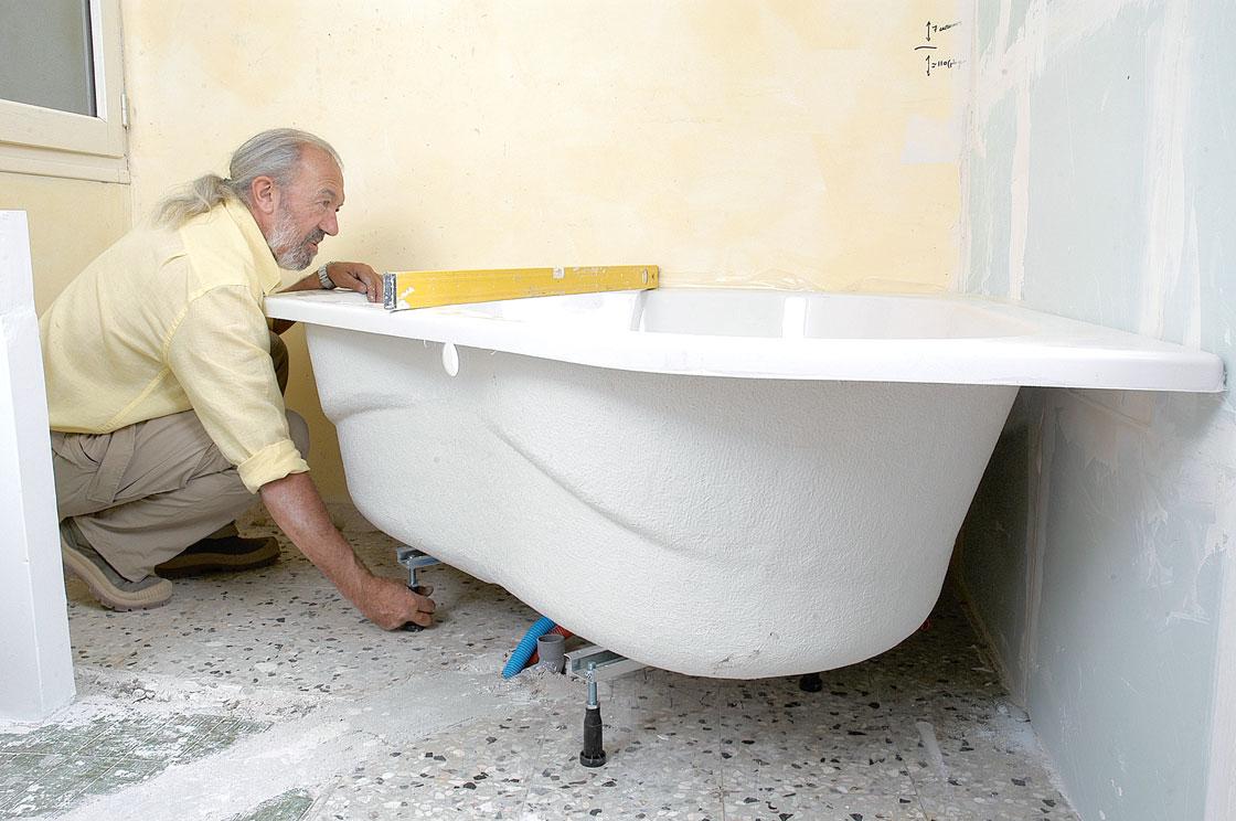 Salle de bains en teck pose de la baignoire bricolage avec robert - Comment poser un joint de baignoire ...