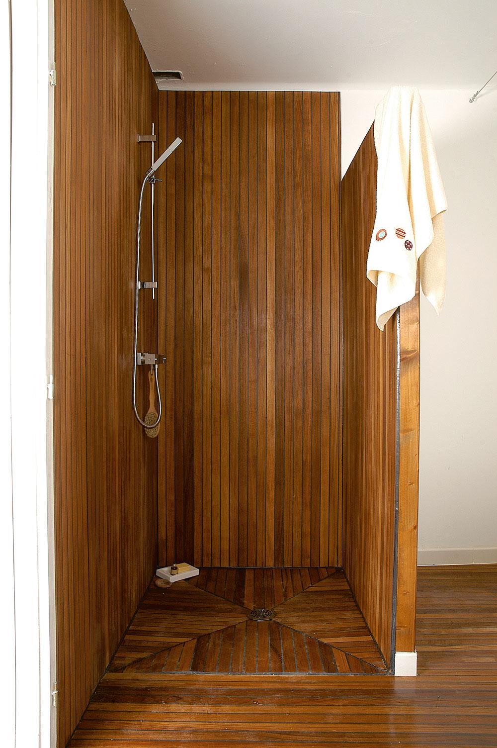 Douche l 39 italienne dans une salle de bains en teck bricolage avec robert - Sol de douche en bois ...