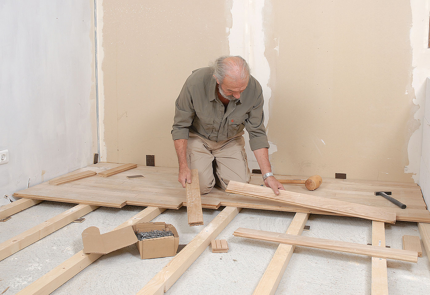 poser du parquet clou bricolage avec robert. Black Bedroom Furniture Sets. Home Design Ideas