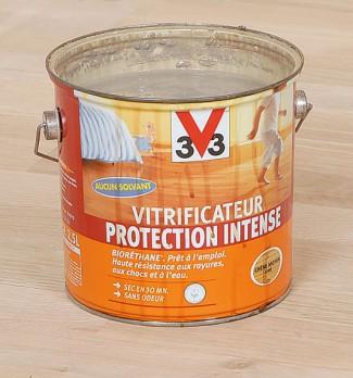 Protection vitrificateur. La protection la plus courante (et la plus durable) est le vitrificateur à base de résines polyuréthane qui offre à la fois une très grande résistance à l'usure et une souplesse qui évite le faïençage. Un vitrificateur monocomposant à l'eau est facile à appliquer et sans odeur.