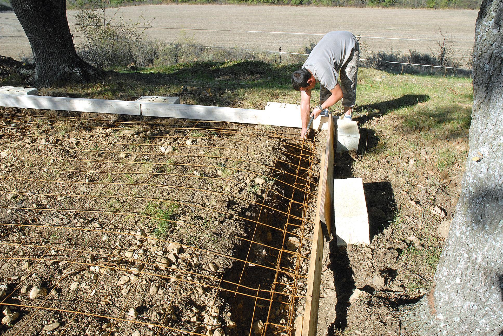 Construire un abri avec du bois de r cup bricolage avec robert - Construire un berceau en bois ...