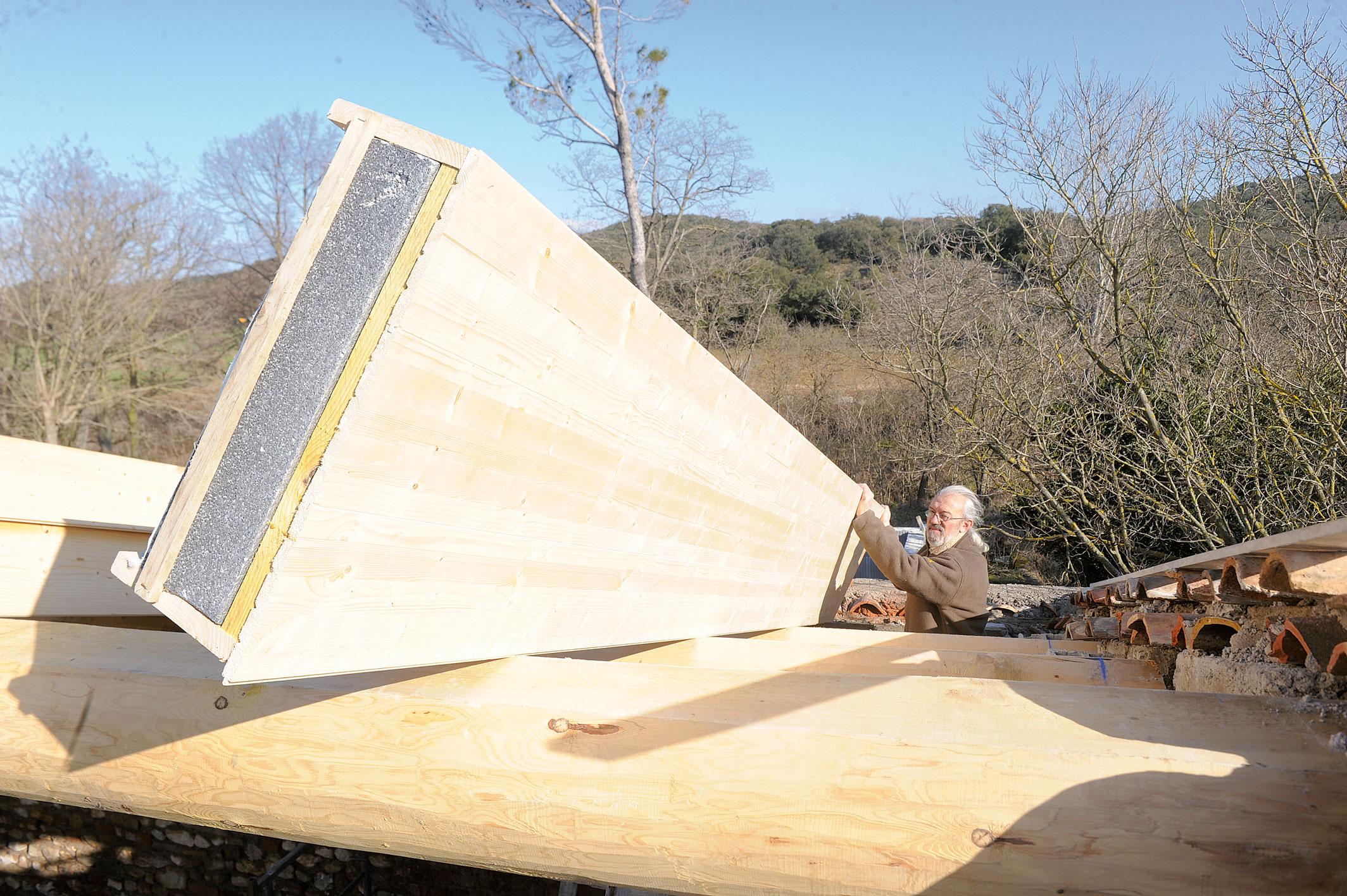 L isolation int gr e avec les panneaux de toiture bricolage avec robert - Pose panneaux sandwich pour toiture ...