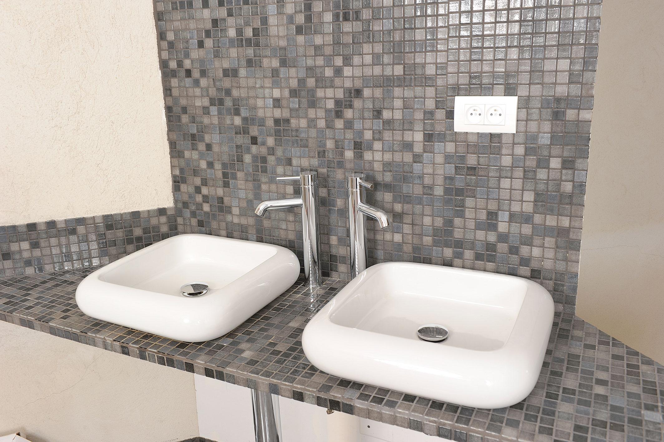 des vasques poser dans la salle de bains bricolage avec robert. Black Bedroom Furniture Sets. Home Design Ideas
