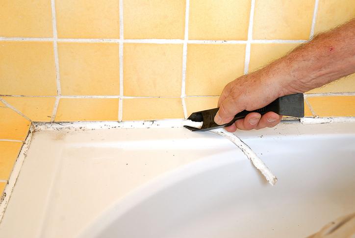 remplacer un joint silicone autour du lavabo du bac douche bricolage avec robert. Black Bedroom Furniture Sets. Home Design Ideas