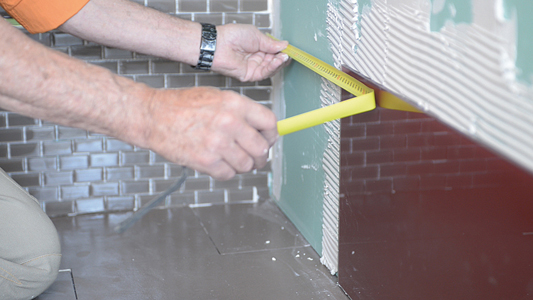 Poser du carrelage de verre bricolage avec robert for Realiser des joints de carrelage