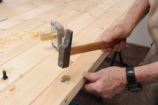 Fabriquer une porte en bois massif bricolage avec robert - Comment reboucher une porte ...