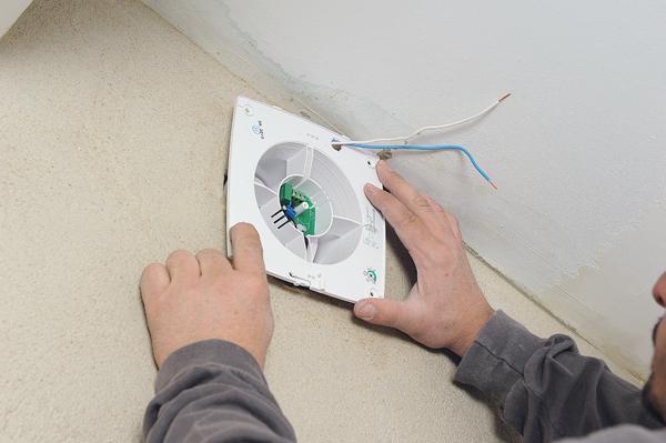 Poser un extracteur d 39 air lectrique bricolage avec robert for Extracteur pour salle de bain