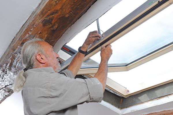 Nettoyer sa toiture sans monter sur le toit nettoyer sa - Pose fenetre de toit sans autorisation ...